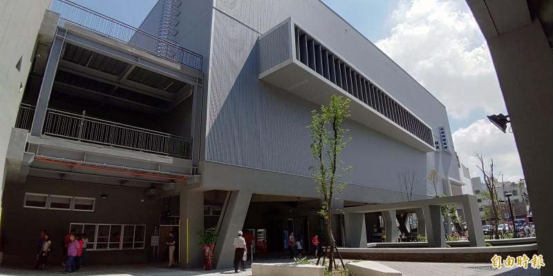 台南市永華國民運動中心於2018年風光啟用,但遭質疑出現場館漏水等工程缺失問題。(記者蔡文居攝)