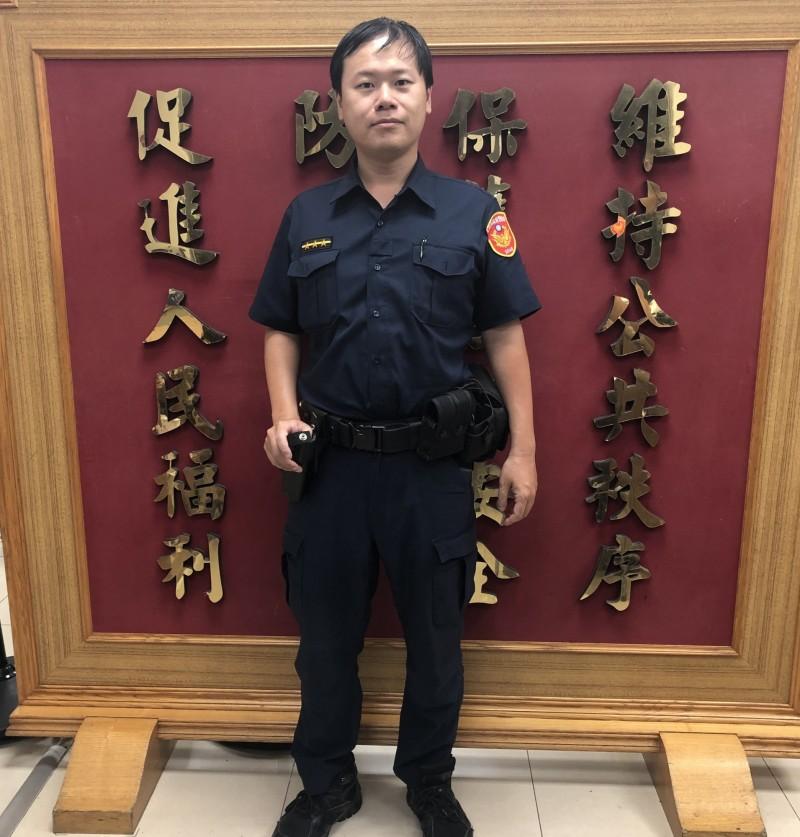 中正二分局廈門所警員黃宏健成功攔阻詐騙集團向李婦行騙。(記者王冠仁翻攝)