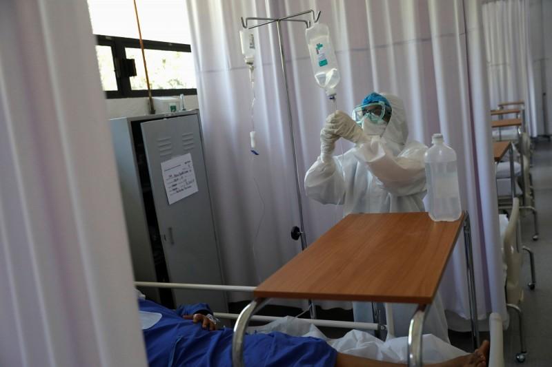 法新社彙整官方數據顯示,截至格林威治時間18日11時(台灣晚間7時),全球至少44萬8994人死於武漢肺炎,確診病例至少836萬6000例。圖為9日墨西哥首都軍醫院醫護照顧出現武肺症狀的病患。(路透)