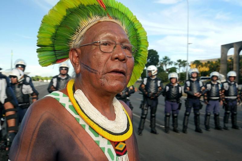 巴西原住民Kayapo族酋長派亞坎(見圖)捍衛亞馬遜雨林長達50年,今傳出染上武肺逝世的消息,享壽65歲。(法新社)