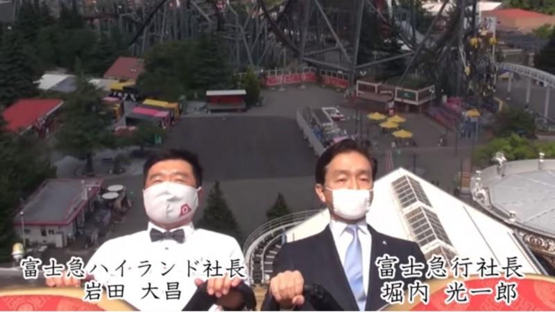富士急官方請出業主「富士急行」社長堀內光一郎(右)跟富士急樂園社長岩田大昌(左)親自示範如何戴口罩又不發出尖叫的搭乘雲霄飛車,影片一出所有日本網友都服了,紛紛讚嘆「這是什麼超現實的畫面」。(圖擷取自YouTube)