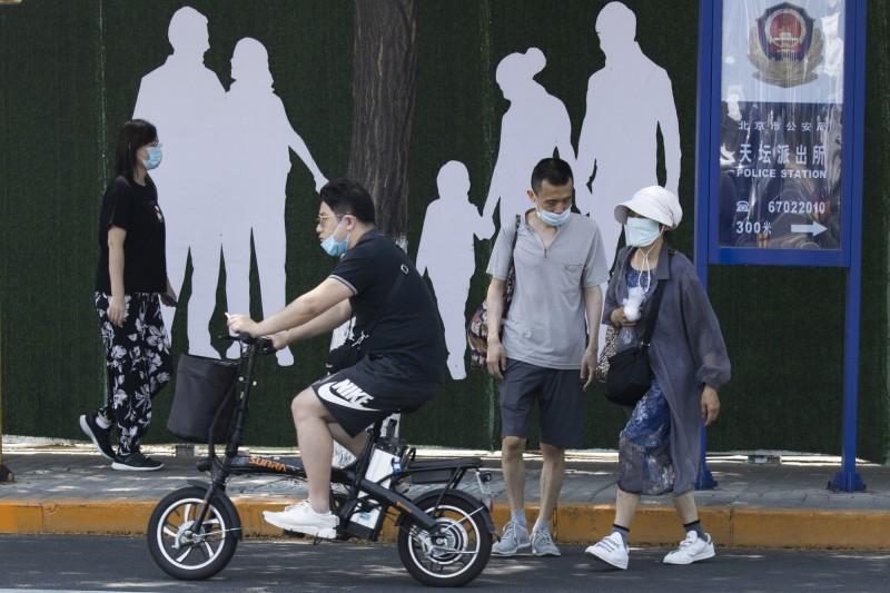 北京市防疫記者會,規範三類涉疫人員嚴禁離開北京。(美聯社)