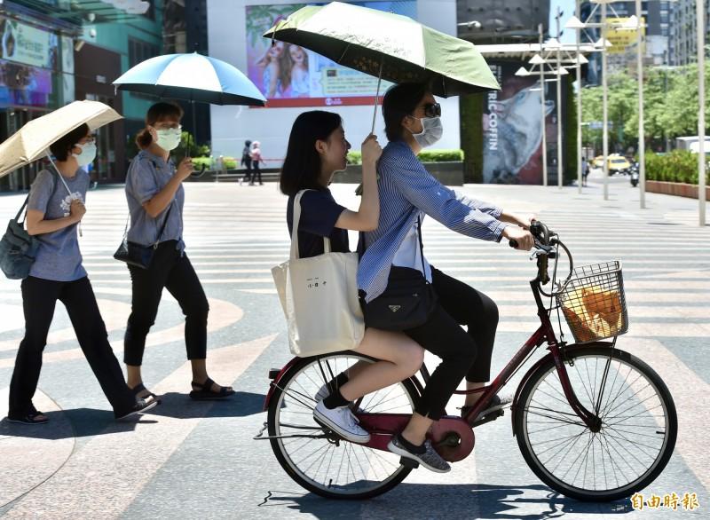 烈日當空,各地今持續高溫炎熱,台北街頭行人也紛紛打起陽傘遮陽。(記者塗建榮攝)