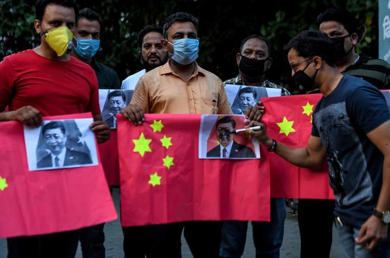 印度專家認為,此次衝突已把莫迪政府「逼到牆角」。圖為印度抗議民眾。(法新社)