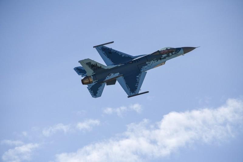 美國希爾空軍基地近日完成F-16戰機「幽靈」塗裝更換,F-16戰機更換塗裝後如同俄國蘇-57戰機一般,藉以追求演練真實度,圖為F-16新塗裝。(圖擷取自美國希爾空軍基地官網)