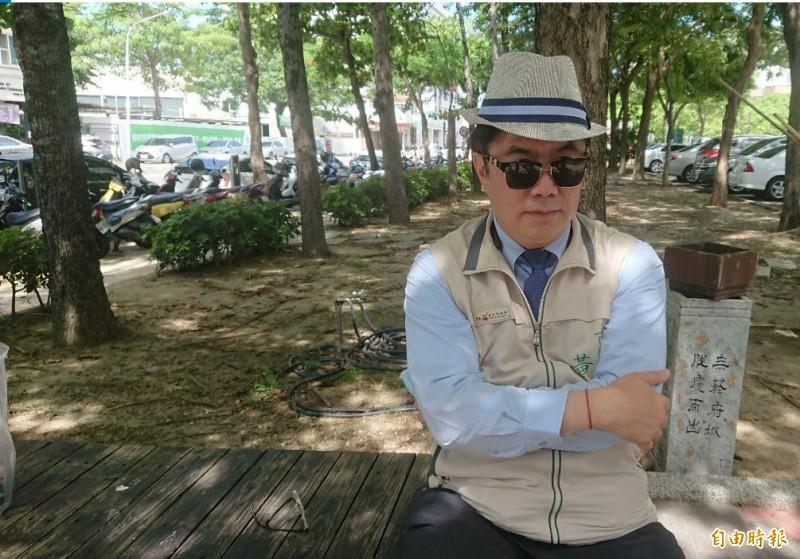 台南市長黃偉哲扮紳士美男,宣傳台南旅遊。(記者洪瑞琴攝)