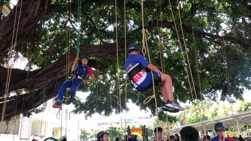 攀樹是小鐵人最後一項挑戰。(記者羅欣貞攝)