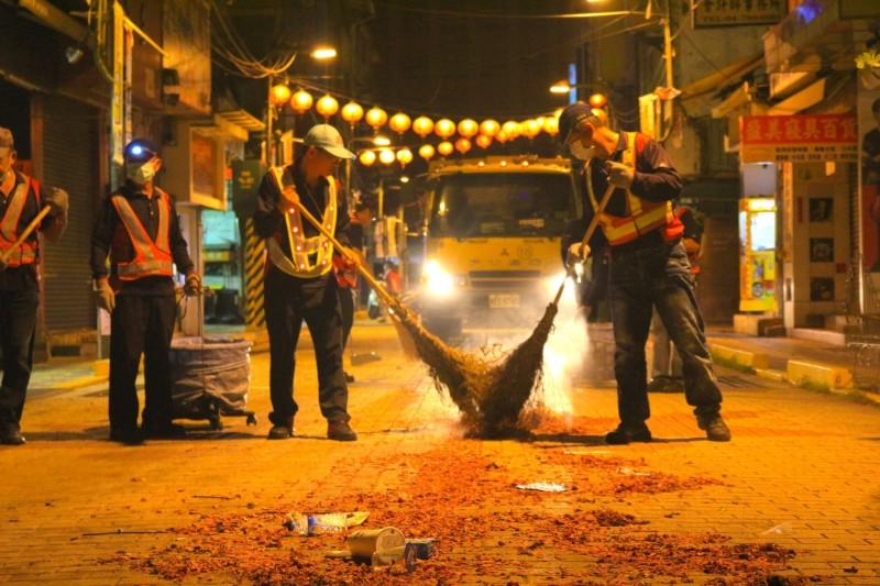 大甲鎮瀾宮媽祖遶境過後,彰化市公所清潔隊開始打掃,總共清理出2.2公噸垃圾。(圖:彰化市公所提供)