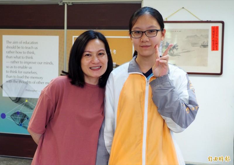 墦里國中原住民學生李惠妮(右),會考成績可上台中女中,但她體恤媽媽辛苦,決定留在暨大附中就讀,她的媽媽(左)說李惠妮讓她感受到生命的奇蹟。(記者陳鳳麗攝)