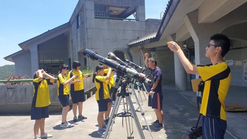天文盛事「日環食」6月21日即將登場,為了避免錯過要再等195年,武崙國中透過科學探究、DIY與融入課程的統整性,武崙師生以自製的尋日太陽望遠鏡組,21日南下到雲林縣口湖海邊觀測「日環食」奇景。(記者俞肇福翻攝)