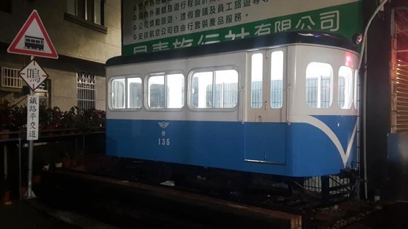 自嘲「憨人買火車」的陳朝強,21日將讓台糖135巡道車開進埔里鎮廣成里。(陳朝強提供)