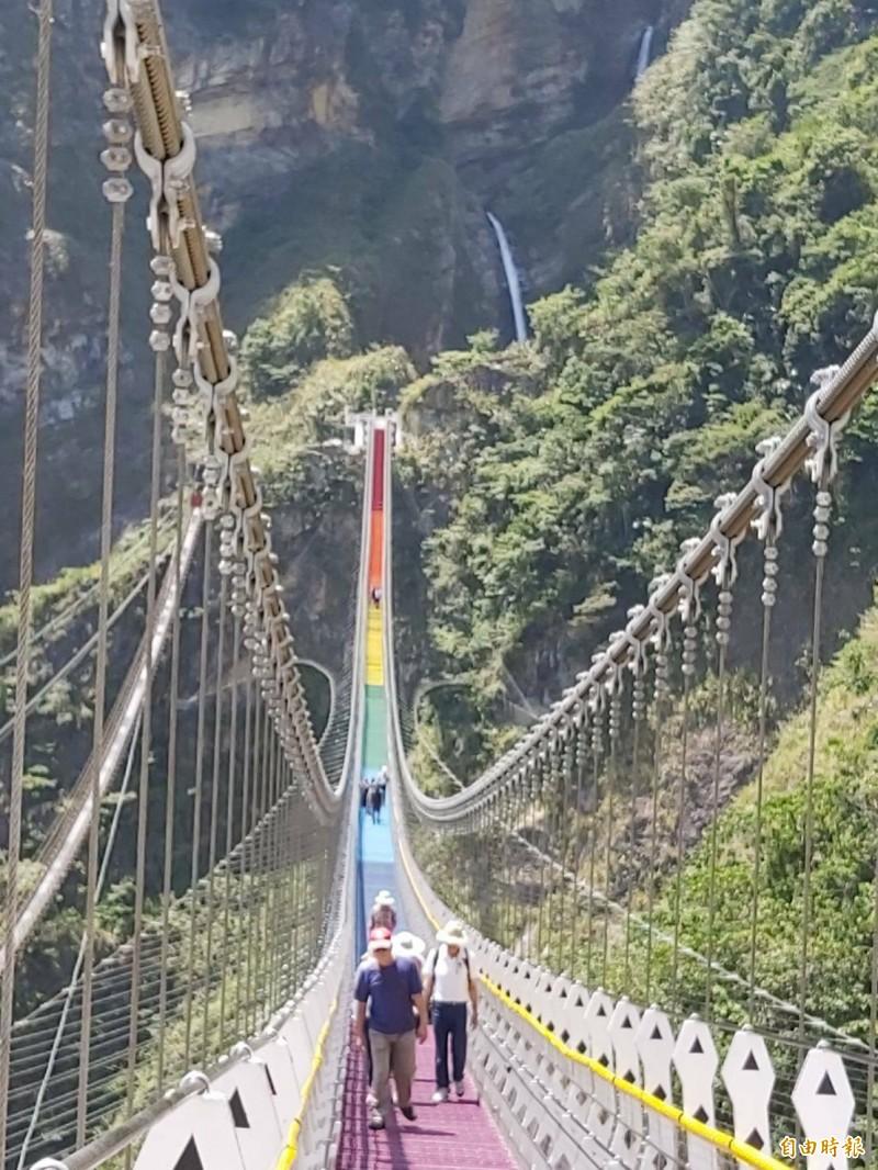 南投縣信義鄉雙龍瀑布七彩吊橋,20日正式開幕。(資料照,記者張協昇攝)