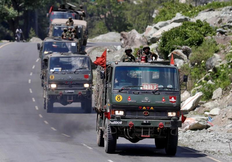 印度陸軍一支車隊18日沿著通往拉達克的公路行駛。(路透)