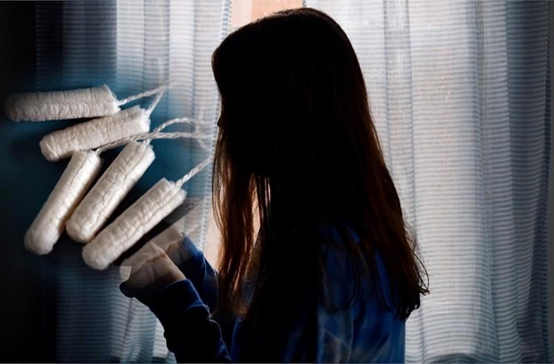 1名年輕女子向媽媽抱怨使用衛生棉條還是會漏經血,媽媽1句「妳洞太大啦」讓她傻眼。示意圖。(法新社檔案照,本報合成)