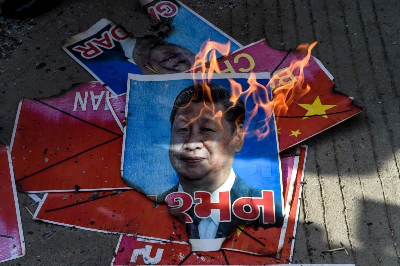 中國與印度近日在邊境爆發嚴重衝突,兩國緊張關係逐漸升溫,印度社會反中情緒高漲,多地發生抵制中國貨的抗議活動。圖為印度國家學生聯盟(NSUI)的成員燒毀了中國國家主席習近平的海報。(法新社)