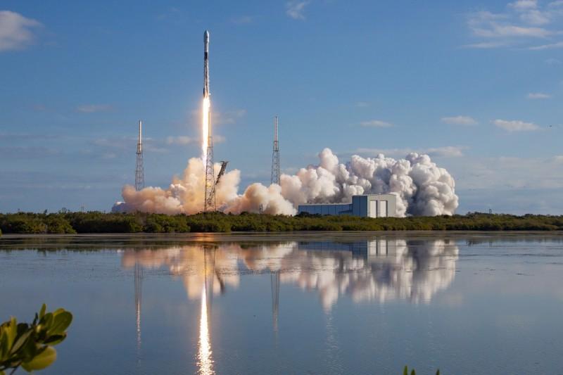 美國國防部17日公佈全新「太空防禦戰略」,強調美方會致力維持太空優勢,並指控中俄雙方企圖「武裝化太空」,是美方最立即的威脅,圖為SpaceX獵鷹9號運載火箭。(歐新社)