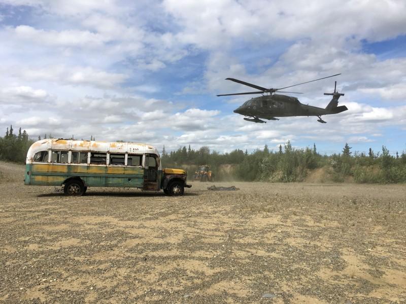 阿拉斯加一輛廢棄巴士因電影爆紅,然而卻發生多起遊客朝聖卻遇難的事件,如今這輛車被美軍直升機遷離當地。(路透)