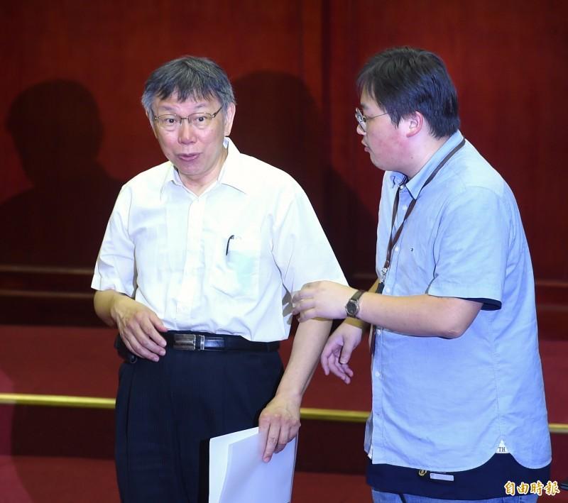 北市議員建議,外縣市的人在台北市消費的滿額禮,可送動物園門票、悠遊卡公司目前推出最夯的PS4悠遊卡等,台北市長柯文哲也允諾研議。(記者方賓照攝)
