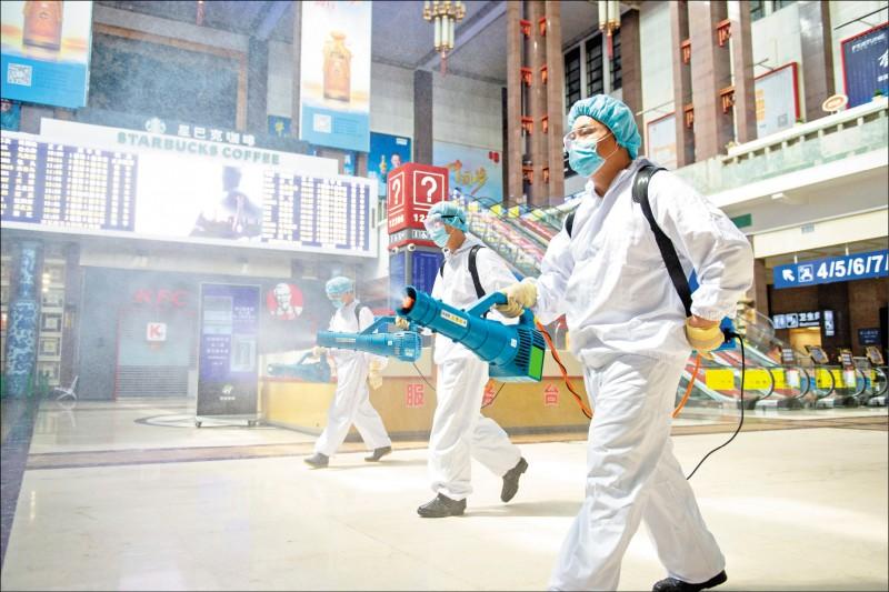 中國首都北京本月爆發新發地批發市場群聚性疫情,北京車站十八日也見衛生工作人員全副武裝消毒大廳。(美聯社)