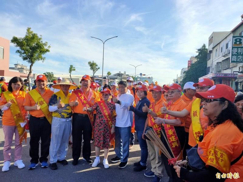 鎮瀾宮董事長顏清標(中)與接駕宮廟人員拍照。(記者張軒哲攝)