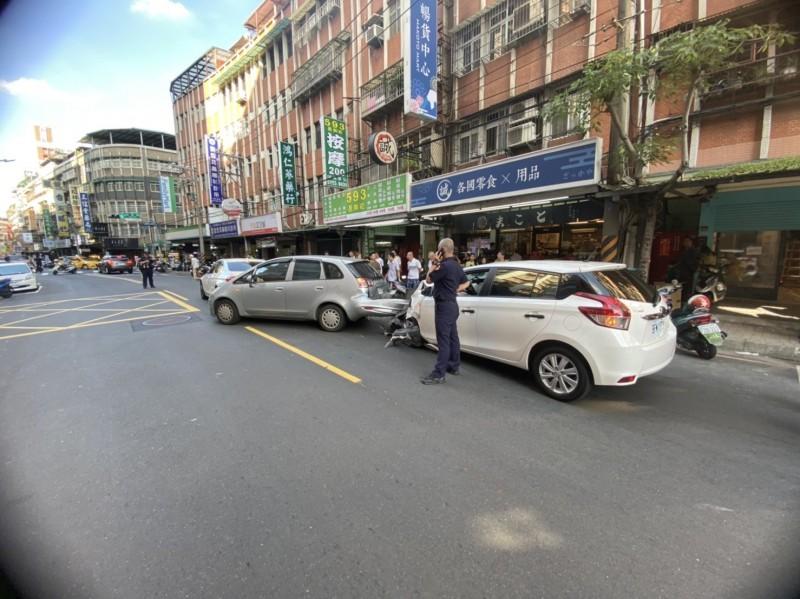 車禍現場,肇事的郭女座車(白色)車頭半毀。(記者吳仁捷翻攝)