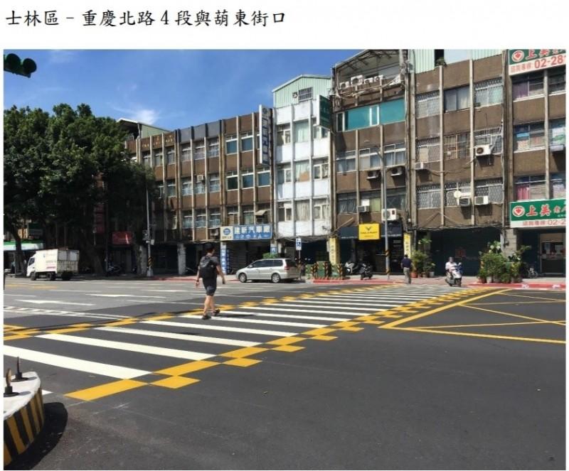 台北市交通管制工程處首度試辦,在行人穿越線的兩端增繪黃色棋盤格的鋪面。(台北市交通工程處提供)
