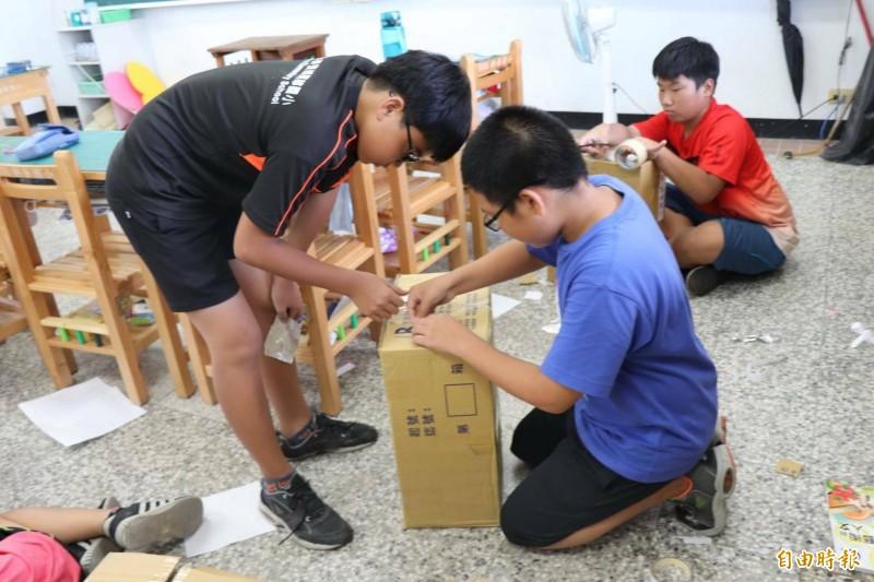 興華國小學童用紙箱做日環食觀測箱。(記者黃淑莉攝)
