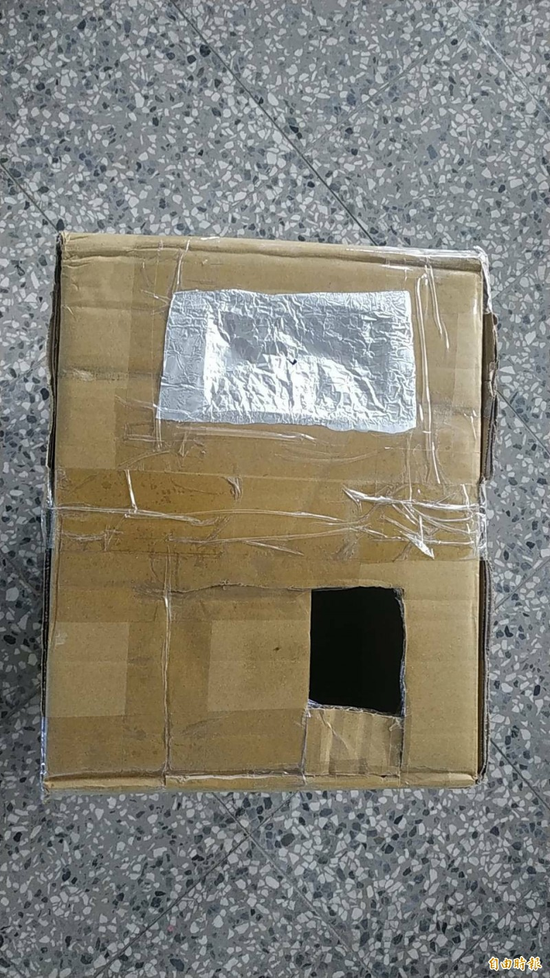 興華國小學童利用廢棄紙箱做的日環食觀測箱。(記者黃淑莉攝)