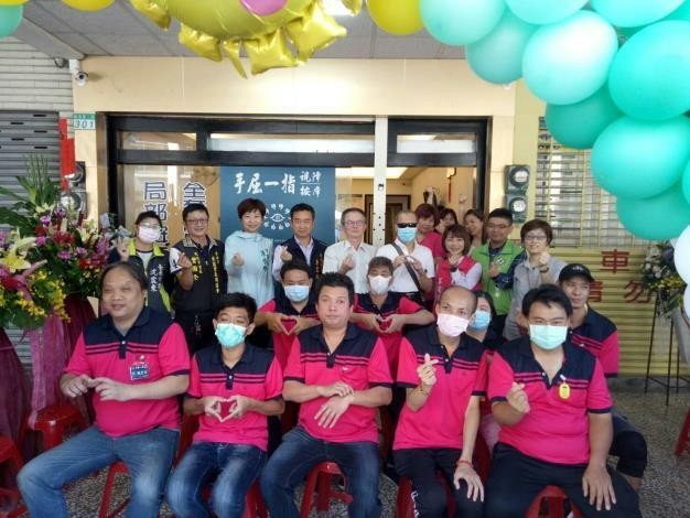 台南市按摩業職業工會集資200萬元幫助視障按摩師開店,「手屈一指視障按摩」今正式開幕。(記者王姝琇翻攝)