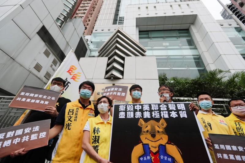 港人5月24日在中聯辦外抗議港版國安法。(彭博)