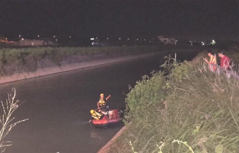 嘉南大圳疑有人跌落,搜救行動漏夜進行中。(記者楊金城翻攝)