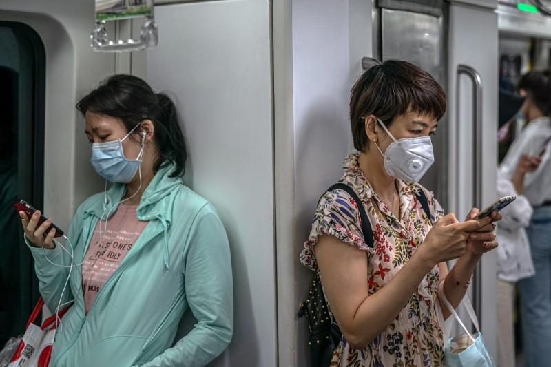 北京11日爆發新一波疫情,圖為北京地鐵戴口罩的乘客。(歐新社資料照)