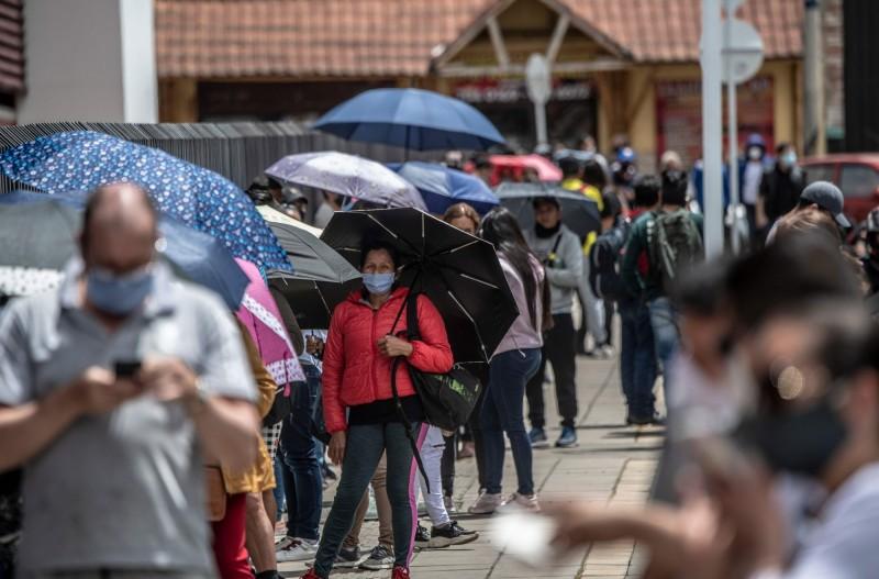 哥倫比亞19日適逢免稅日,當地民眾根本不管近5天內就有1萬人染疫的事實,紛紛出門血拼。(法新社)