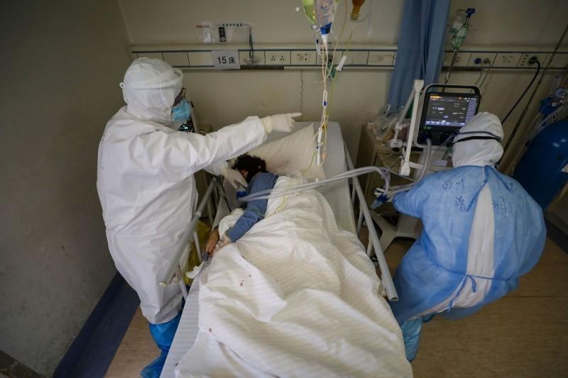 印度一名40歲男子疑似感染武漢肺炎(新型冠狀病毒病,COVID-19)而住院,家屬探病時因耐不住高溫天氣,竟在沒詢問醫護人員的情況下,就拔掉病患呼吸器的插頭改開冷氣,呼吸器雖然有備用電池,但電量慢慢耗盡,最後男子因病情惡化命喪病房。示意圖。(路透資料照)