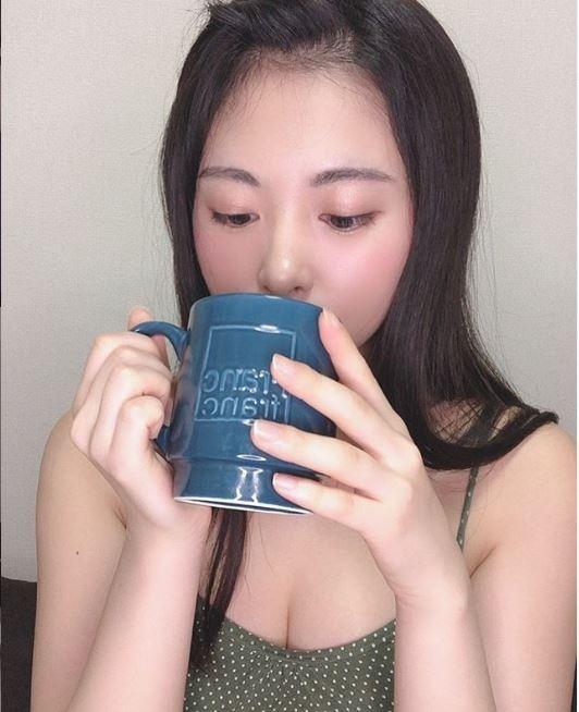 有網友在PTT表特版以「請問這位喝水的女生?」為題發文,好奇這名正妹的真實身分。(圖擷取自佐藤望美IG)