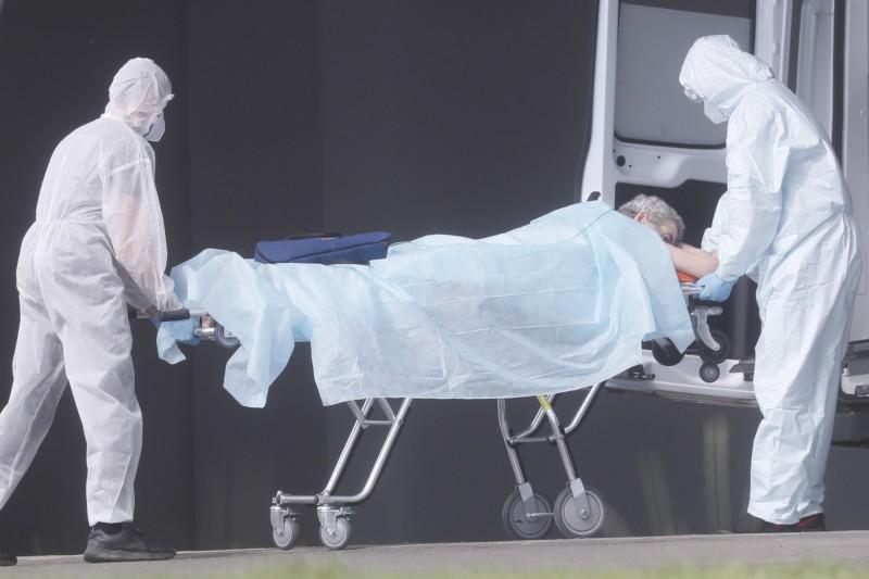 圖為俄羅斯新莫斯科19日醫護運送武肺患者。(歐新社)