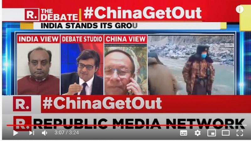 印度電視談話節目主持人戈斯瓦米(影片中間西裝男)主持風格相當激動有特色,猶如台灣知名主持人劉寶傑,日前他在節目上不滿中國來賓談話離題,理智線斷裂怒嗆對方。(圖擷取自YouTube)