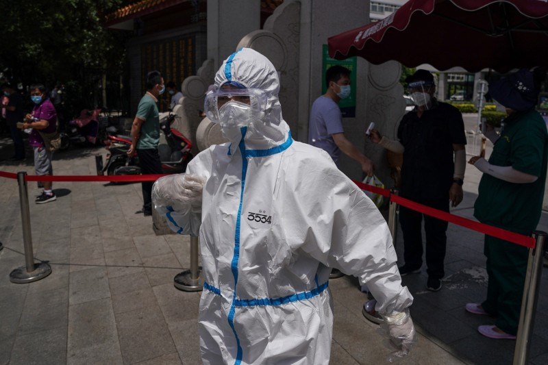 北京衛健委今公告19日新增22例確診,全為本土病例。圖為北京一名身穿防護服的醫務人員。(歐新社資料照)