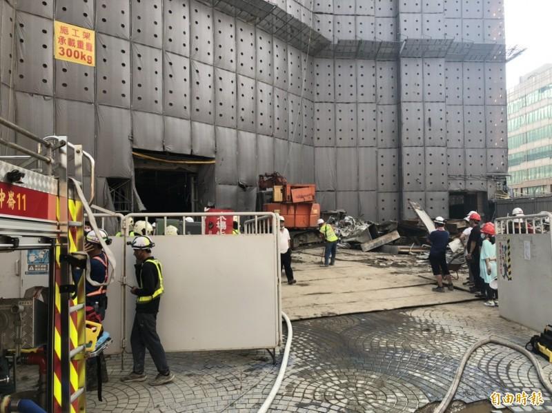 京華城拆除工程發生樓地板坍塌意外,有1名工人失聯,目前正在搶救中。(記者邱俊福攝)