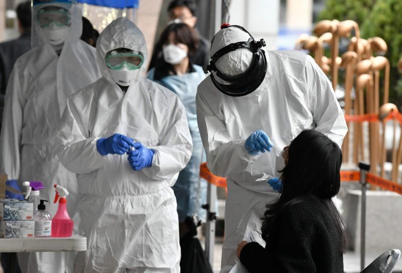 韓國小學6年級女學童到校拍攝畢業照後確診武漢肺炎(新型冠狀病毒病,COVID-19),目前政府正在追蹤當天出席拍照的6年級師生是否有受到影響。南韓篩檢示意圖。(法新社)