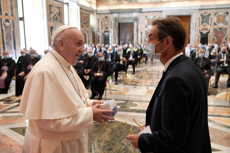 天主教教宗方濟各今天進行自義大利解封以來的首次團體接見,感謝來自義國最嚴重疫區倫巴底大區的醫護人員。(路透)