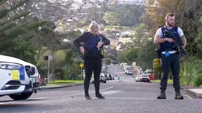 紐西蘭28歲警察亨特(Matthew Hunt)在執行交通路檢時遭遇歹徒槍擊,成為紐國至少10年以來首位因公殉職的警察。圖為紐西蘭警方在案發現場戒備。(路透)