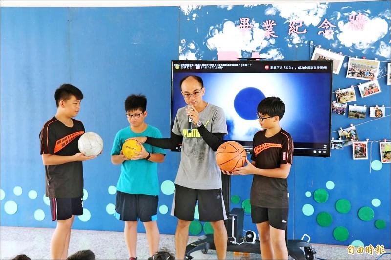麥寮興華國小自然老師蔡宗達(右二)向小朋友解說日食發生原因。 (記者黃淑莉攝)