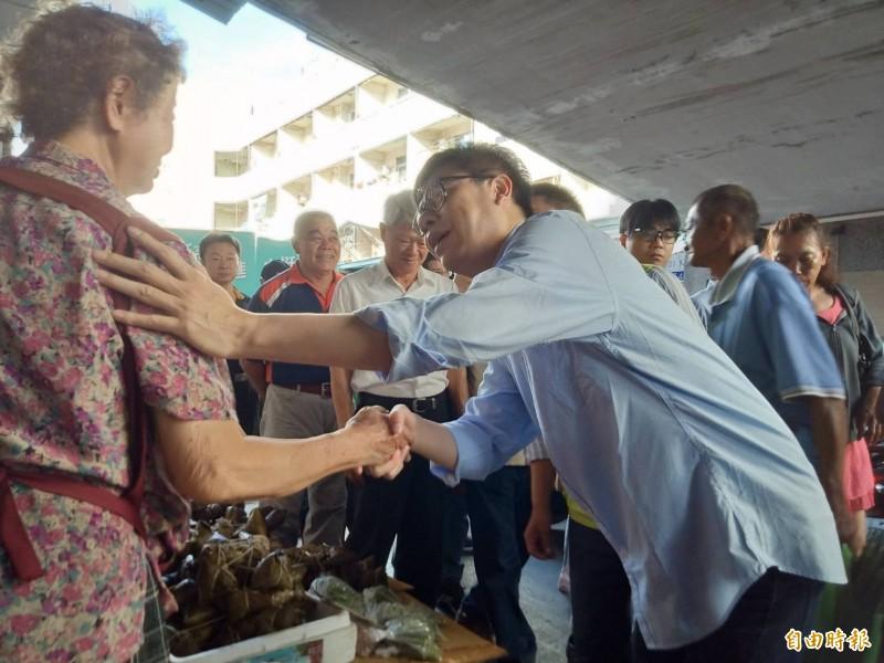 陳其邁一大早6點半就到鳳山區鳳農市場拜票尋求支持。(記者蔡清華攝)