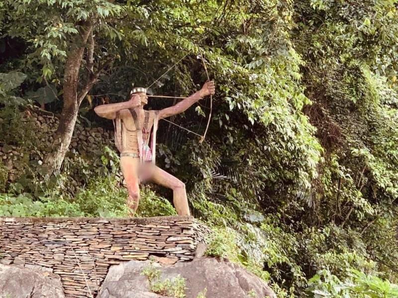 信義雙龍七彩吊橋園區,入口布農勇士雕像之前因缺乏維護,使得衣物破損「衣不蔽體」,影響部落與觀光形象。(民眾提供)