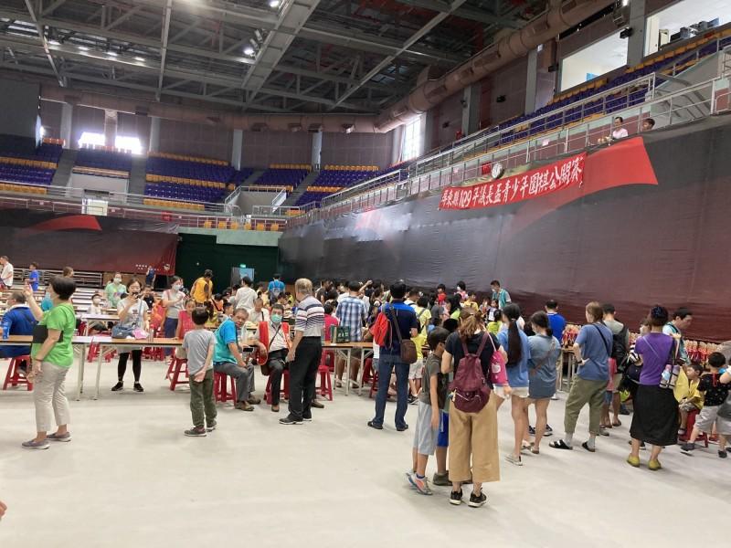 屏東縣圍棋賽沒開空調,上千選手及家長熱到爆。(記者葉永騫翻攝)