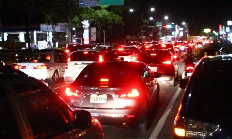 嘉義市北港路湧現看完日環食的車潮。(記者林宜樟攝)