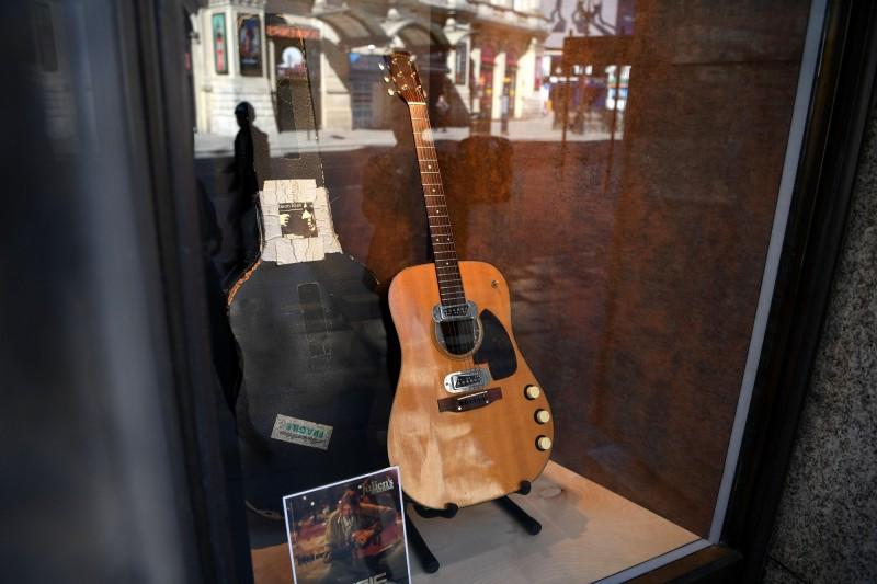 傳奇搖滾巨星柯本(Kurt Cobain)曾在1993年MTV Unplugged表演時使用的吉他,20日拍賣以創紀錄的601萬美元價格落槌。(法新社)