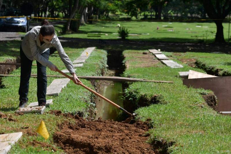 巴拿馬政府表示,已完成1989年美軍入侵巴拿馬的19具遺體的開墓驗屍,仍有77座墳墓仍在處理程序中。(法新社檔案照)