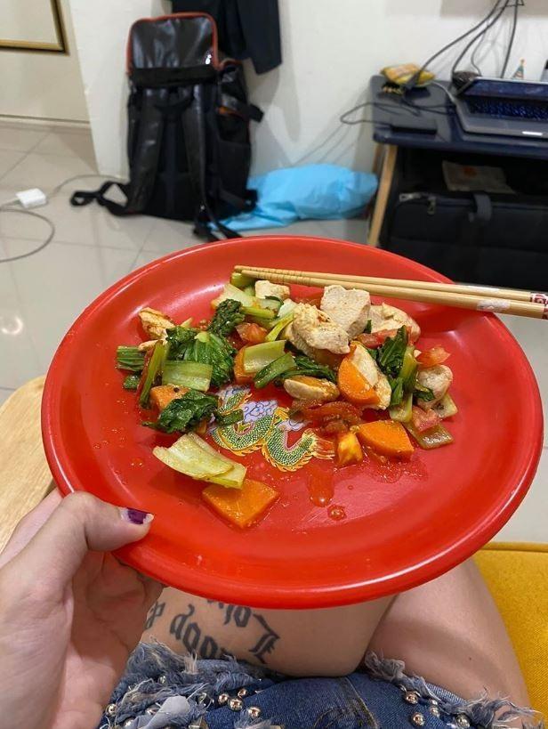 網友的美國朋友拿拜拜盤請吃飯,相當可愛。(圖擷取自爆怨公社)